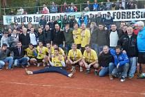 Nohejbalisté Spartaku Čelákovice si mohli vychutnat radost z bronzových medailí se svými fanoušky.