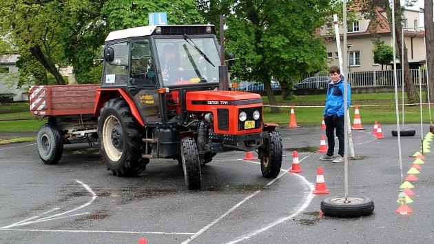 V jízdě zručnosti traktorem soutěžily i dívky