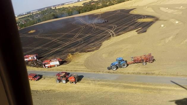 Požár pole u Zdib hasil i armádní vrtulník.