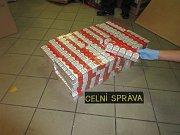 Téměř 50 000 nezdaněných cigaret a 75 kg tabáku zajistili středočeští celníci při běžné kontrole vozidel na 42. km dálnice D1 ve směru na Prahu. Dluh na cle a daních dosáhl bez pár korun  385 000 Kč.