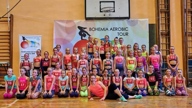 Bojovaly. Dívky z oddílu aerobiku Sokol Poděbrady si zacvičily podle lektorky Veroniky Chudobové (vpředu)