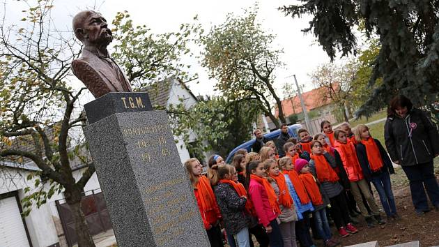 Bronzová busta TGM zdobí památník padlých vojáků v Přední Lhotě.