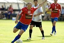TIBOR MIČINEC, trenér Poříčan, je také čas od času vidět na fotbalovém trávníku jako hráč.