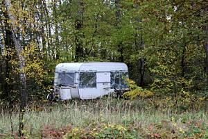 Karavan po stáních v průmyslové zóně a u drahelických doků aktuálně stojí v babínském lese u obchvatu mezi Nymburkem a Poděbrady.