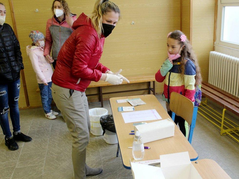 Z návratu dětí do Základní školy Letců R.A.F. v Nymburce po skončení nouzového stavu.
