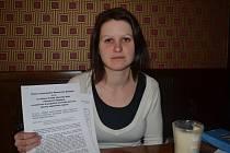 Sestra Kristýna Niklová s peticí a petičními archy