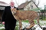 Hejtman Miloš Petera s gepardicí Mzuri