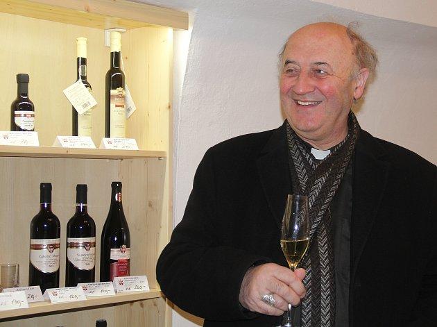 Olomoucký arcibiskup Jan Graubner na otevření prodejny Arcibiskupského zámeckého vína v Olomouci