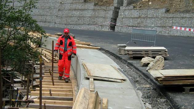 Oprava severní části cesty přes Červenohorské sedlo v roce 2008. Podobné vylepšení teď čeká i jižní úsek od Šumperka.
