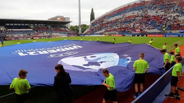 Příprava na ceremoniál před výkopem prvního zápasu Eura U21 v Olomouci