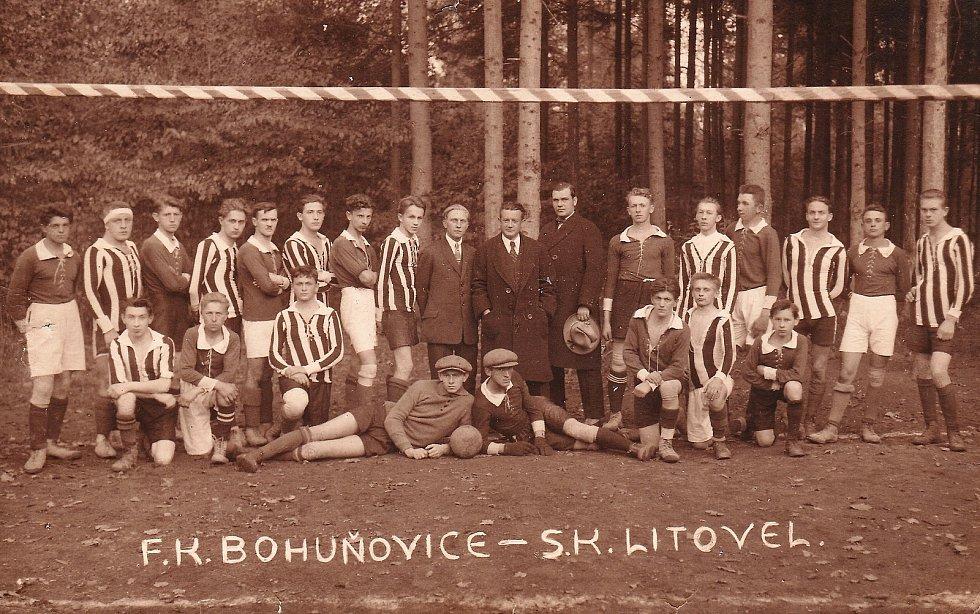 Nejstarší fotografie v kronice litovelského fotbalu z října roku 1924. Litovelští v pruhovaném.