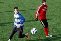 Fotbalisté Sigmy Olomouc do 19 let (v červeném) porazili v přípravě Přerov 6:0.