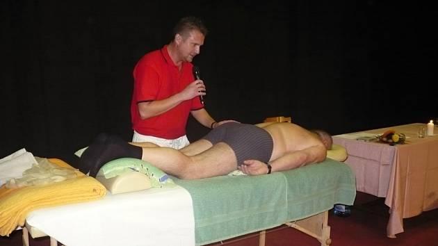 UČIL LÉČIT BOLEST. Radim Grebeníček zaujal svým vyprávěním zhruba sto padesát návštěvníků přednášky o léčbě bolesti unikátní masážní metodou.