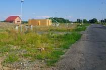 Plánované rozšíření kapacity skladu LPG v Horce nad Moravou budí mezi místními obavy o bezpečnost, zároveň komplikovalo prodej parcel, které obec nabízí pro výstavbu domů. Zájem o pozemky u Olomoucké ulice je však i tak.