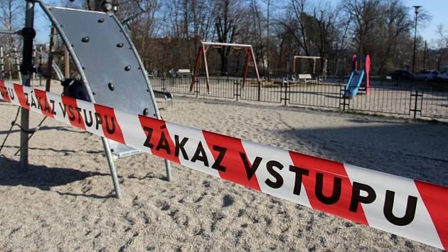 Zavřené dětské hřiště u Bezručových sadů v Olomouci