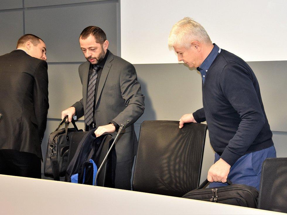 Ivan Kovářík (vpravo) u olomouckého krajského soudu