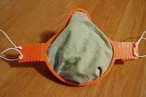 Maska přijde na necelých deset korun, tisk trvá přibližně tři hodiny.