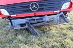 Srážka náklaďáku s osobním autem mezi Žerotínem a Strukovem