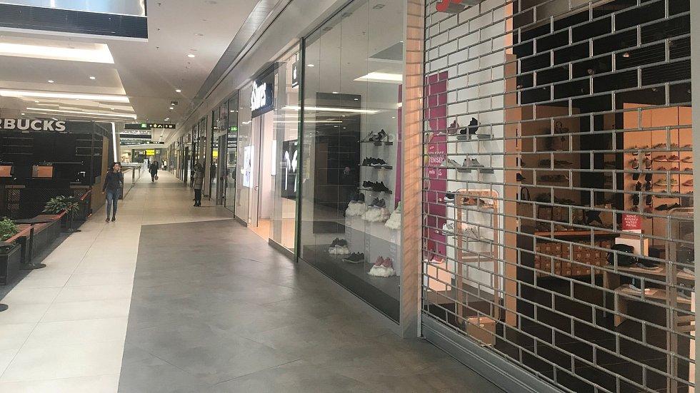 Galerie Šantovka se vylidnila. Uzavřeny pro zákazníky zůstaly od sobotního rána téměř všechny obchody. Lidé si mohou nakoupit pouze v prodejnách s potravinami, lékárně, drogerii a obchodě s krmivy pro zvířata.