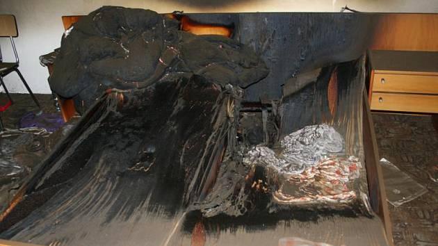 Vyhořelá ložnice po požáru domku v Nové Vsi.