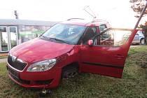Muž měl vozidlo Škoda Roomster ukrást v pneuservisu v Hodolanech. Policii ujížděl a ve Velkomoravské ulici havaroval do sloupu veřejného osvětlení.