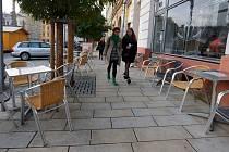 Podzimní venkovni posezení před kavárnou na Dolním náměstí v Olomouci