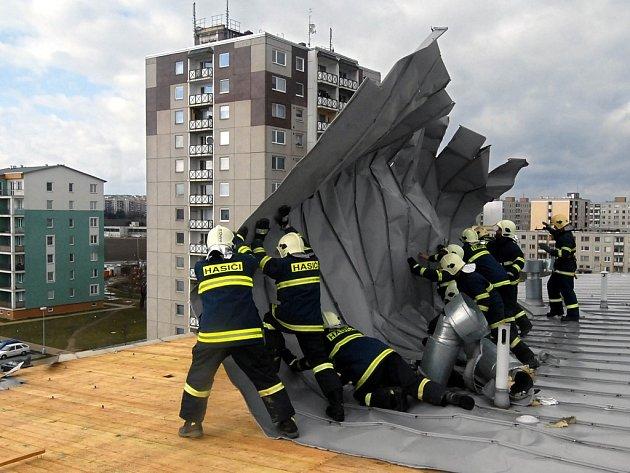Na Peškově ulici hasiči rovnali střechu.