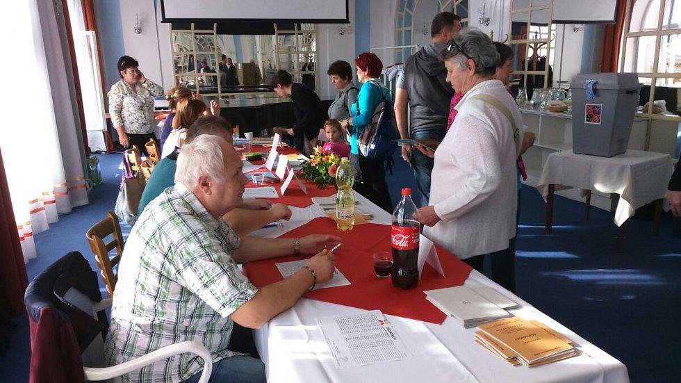 Lázeňští hosté v jesenických lázních  i místní z okolí chodí volit do Zrcadlového sálu Sanatoria Priessnitz