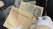 Ve špici olomoucké radnice se ukrývaly staré fotografie, dopisy, plakáty, mince či knihy z roku 1962