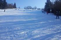 V Karlově u Paseky se v pátek po dlouhé době mohou rozjet vleky. Středisko bez technologie na výrobu umělého sněhu je odkázáno pouze na přízeň přírody. Snímek zachycuje předloňskou zimu, kdy vleky v Karlově sice jely, ale pouze několik dní.