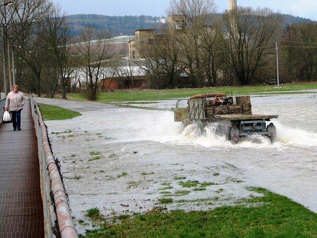 Silnici z Bohuslavic do Lukavice na Zábřežsku zatopila po vydatných deštích voda rozlitá z řeky Moravy. 1.dubna 2015