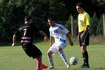 Fotbalisté Chválkovic (v růžovo-černém) proti Šternberku