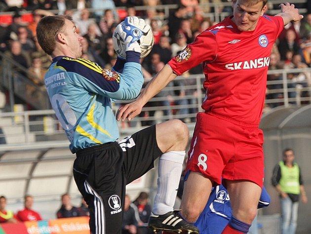 Drobisz chytá míč před Simrem.