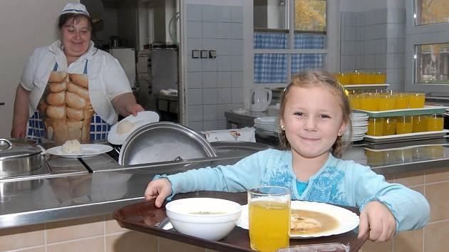 Špenátovou polévku a kuřecí plátek s rýží si nese žákyně Základní školy Zeyerova v Olomouci.