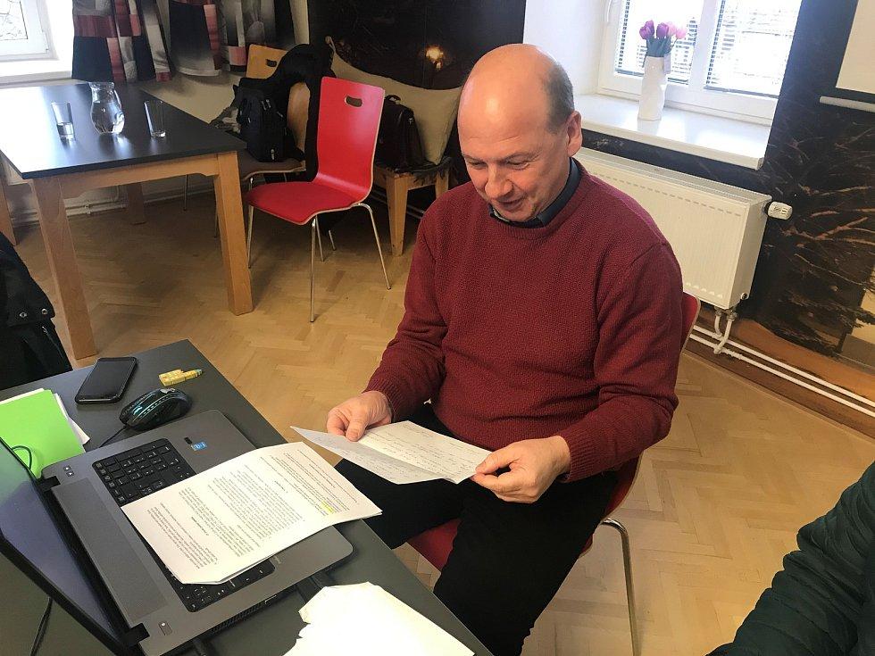 V Lutíně chystali několik let pozemky pro výstavbu rodinných domů. Na snímku tajemník obecního úřadu Miroslav Brhel a otevírá obálku s cenovou nabídkou. (19.únor 2020)