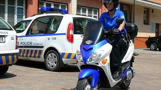 Strážnice olomoucké městské policie na novém elektroskůtru