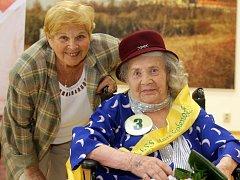 Soutěž Miss staré koleno v DpS Pohoda.  Zvítězila Adéla Mayerová ( 97 let ), šerpou dekorovala herečka Ivanka Devátá.
