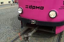 Srážka tramvaje a auta u červeného kostela