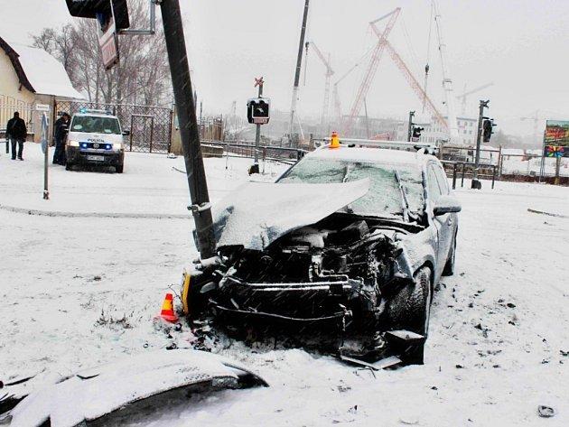 Osobní auto havarovalo v sobotu dopoledne na přejezdu ve Wittgensteinově ulici v Olomouci.
