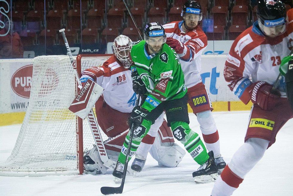 Hokejisté Olomouce (v bílém) proti Mladé Boleslavi.