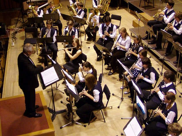 Dechový orchestr Iši Krejčího Olomouc diriguje Vladimír Vavruša.