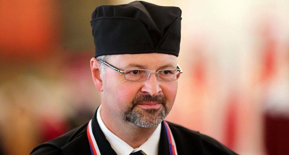 Světoznámý plastický chirurg Bohdan Pomahač převzal na olomoucké univerzitě čestný doktorát
