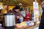 Olomoucký deník prodává punč ve stánku Dobrého místa pro život, výtěžek pomůže dětskému centru DC90 v Olomouci-Topolanech