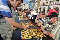 Šachová simultánka s mezinárodním mistrem Pavlem Šimáčkem na olomouckém Horním náměstí