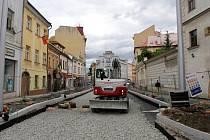 Nové sloupy na tramvajové troleje na rekonstruované třídě 1. máje v Olomouci