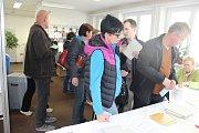 Před volební místností v Lautnerově ulici v Šumperku stáli první voliči už od půl druhé. Zapisovatelka je pustila dovnitř do zádvěří, kde stálo několik židlí, aby mohli v teple počkatFoto: