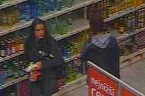 Zlodějka s doprovodem v hypermarketu v olomoucké Olympii