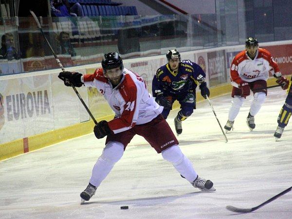 Olomoučtí hokejisté (vbílo-červeném) prohráli doma se Šumperkem 4:5 po samostatných nájezdech.