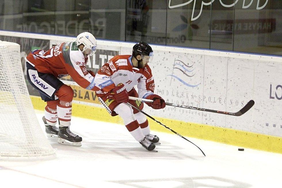 Olomoučtí hokejisté (v bílém) porazili na svém ledě Pardubice 2:1. Vpravo Jakub Herman.