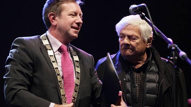 Rektor Univerzity Palackého Jaroslav Miller předal v Praze na Staroměstském náměstí ocenění Jiřímu Bradymu.